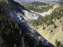 um rio em uma garganta nas montanhas fotos de stock
