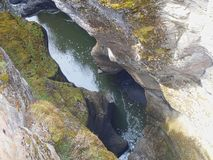 um rio entre rochas fotos de stock royalty free