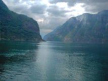 Um rio grande entre uma montanha em Noruega Fotos de Stock