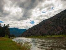 Um rio largo da montanha fotografia de stock royalty free