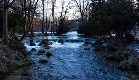 Um rio na cidade de munich imagens de stock