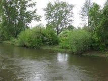 Um rio nos subúrbios imagens de stock