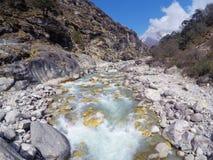 Um rio pequeno no passeio na montanha do acampamento base de Everest Fotografia de Stock