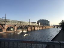 Um rio que joga com o sol Foto de Stock