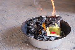 Um ritual para queimar o papel dourado ao antepassado para pagar o respeito e comemorar o ano novo chinês Fotografia de Stock