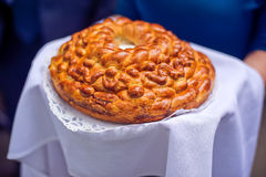 Um ritual tradicional do pão e do sal de oferecimento a um visitante desejado Foto de Stock Royalty Free