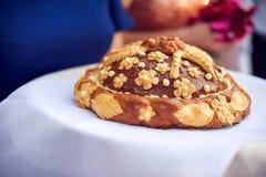 Um ritual tradicional do pão e do sal de oferecimento a um visitante desejado Fotografia de Stock
