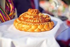 Um ritual tradicional do pão e do sal de oferecimento a um visitante desejado Fotos de Stock