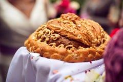Um ritual tradicional do pão e do sal de oferecimento a um visitante desejado Imagem de Stock