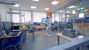 Um robô branco está em uma sala