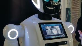 Um robô com uma exposição mostra as emoções, falando Tecnologia moderna video estoque