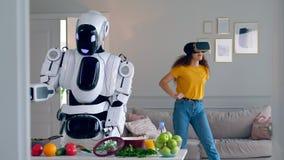 Um robô cozinha a refeição quando uma menina vestir vidros de VR filme