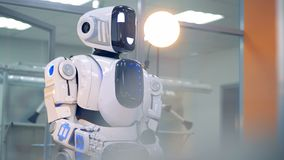 Um robô move seus cabeça e braço video estoque