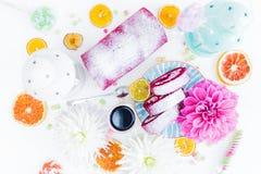 Um rolo vermelho do bolo de veludo cortado com flores da xícara de café e doces, laranjas secadas Vista superior Foto de Stock Royalty Free