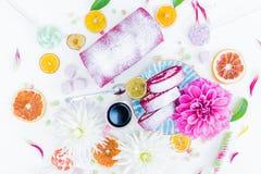 Um rolo vermelho do bolo de veludo cortado com flores da xícara de café e doces, laranjas secadas Vista superior Imagens de Stock Royalty Free
