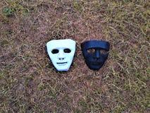 Um rosto humano máscara na terra fotografia de stock