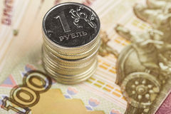 Um rublo na perspectiva das contas de cem-rublo Foto de Stock Royalty Free