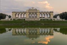 Um ` s Gloriette de Mary Therese em um parque ao lado do palácio de Schönbrunn em Viena imagens de stock royalty free