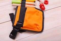 Um saco com os instrumentos coloridos do brinquedo foto de stock