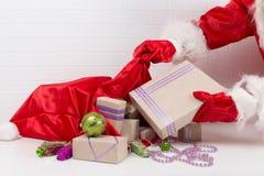 Um saco com os presentes na tabela Foto de Stock Royalty Free