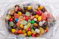 Um saco de plástico com doces coloridos Foto de Stock