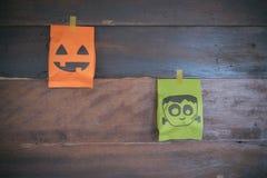Um saco o Dia das Bruxas na madeira do fundo Fotos de Stock Royalty Free