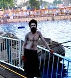 Um sadhu adulto místico no banco do rio do kshipra, mela 2016 do kumbh de Maha do simhasth, Índia de Ujjain Imagens de Stock