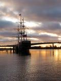 Um sailboat durante um nascer do sol Fotos de Stock Royalty Free
