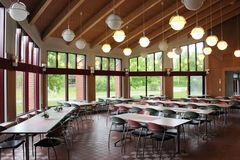 Um salão de jantar moderno da faculdade imagens de stock