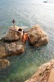 Um salto incrível de um penhasco Fotos de Stock