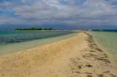 Um sandbar longo em uma ilha Fotos de Stock