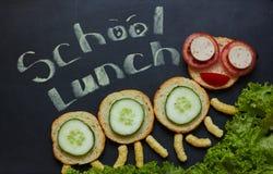 Um sanduíche alegre do ` s das crianças sob a forma de uma lagarta imagens de stock royalty free