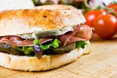 Um sanduíche do bagel Imagens de Stock Royalty Free