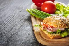 Um sanduíche fresco do supermercado fino com presunto imagens de stock royalty free