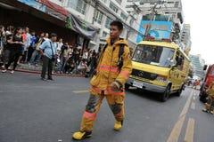 Um sapador-bombeiro na cena de um incêndio do escritório Fotografia de Stock Royalty Free
