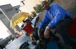 Um sapateiro, quadrado de Sandton, Joanesburgo fotografia de stock