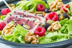 Um sashimi do atum com salada, a framboesa e a porca frescas Fotografia de Stock