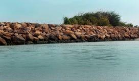 Um seascape da praia do velankanni do santuário com cerca de pedra fotografia de stock royalty free