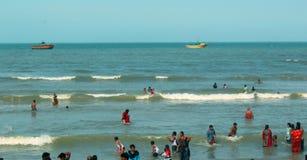 Um seascape da praia do velankanni do santuário com povos da excursão imagens de stock royalty free