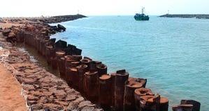 Um seascape da vela grande do barco ao mar da praia karaikal fotos de stock