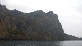 Um seascape litoral com rochas filme