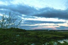 Um secene agradável do crepúsculo caiu na terra com a lua de aumentação estrelado 1 Fotos de Stock Royalty Free