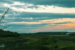 Um secene agradável do crepúsculo caiu na terra com a lua de aumentação estrelado 2 Fotografia de Stock Royalty Free