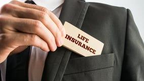 Um seguro de vida da leitura do cartão Fotografia de Stock Royalty Free
