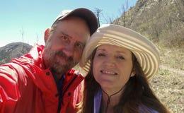 Um Selfie de um par em uma caminhada Fotos de Stock Royalty Free