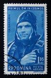 Um selo de Romênia mostra o austronaut Yury Gagarin O ` s do mundo do ` equipou primeiramente a edição do ` do voo espacial Cerca foto de stock royalty free