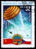 Um selo do cargo impresso em URSS mostra o paraquedas, cerca de 1978 Foto de Stock Royalty Free