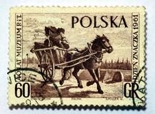 Um selo impresso em Poland mostra o portador de correio imagens de stock royalty free