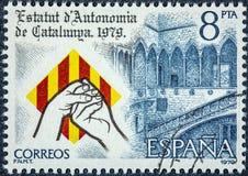 Um selo impresso na Espanha mostra o estatuto da autonomia de Catalonia foto de stock royalty free