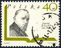Um selo impresso no Polônia mostra uma imagem do retrato do escritor polonês Leopold Staff foto de stock royalty free